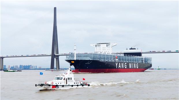 泰州海事局半个月内连续维护两艘超大型新造集装箱船出江试航