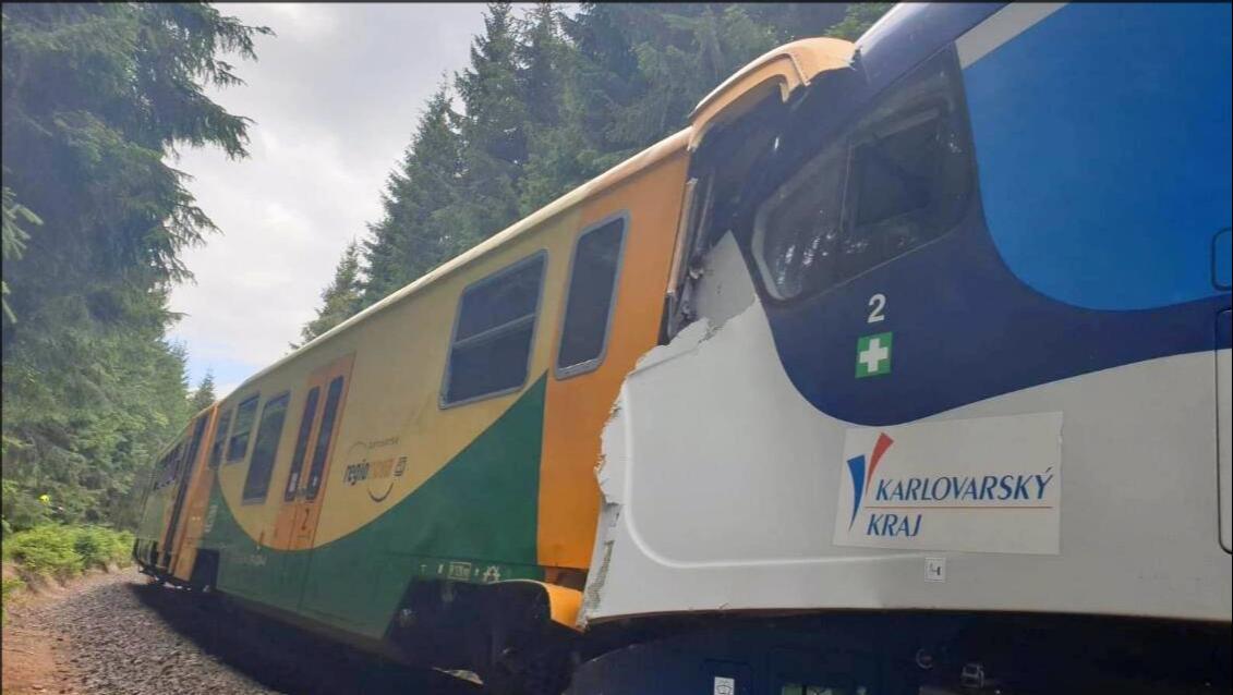 噩耗传来,捷克两列火车突然相撞,多人伤亡,德应急部门赶赴现场_海纳新闻