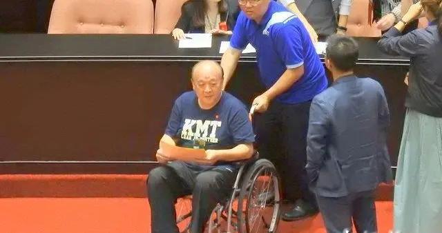"""今天,国民党两""""伤兵""""轮椅领票抗议绿营"""