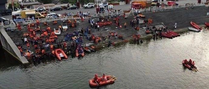 安顺市长到公交坠湖救援现场、医院,这么部署救援和善后工作→