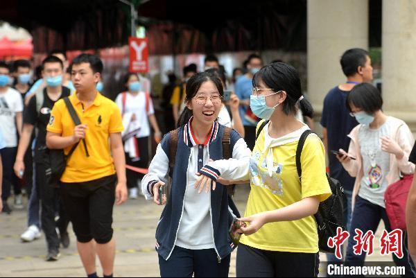 7月8日,福建福州屏东中学考点,高考考生在考试结束后轻松走出考场。 吕明 摄