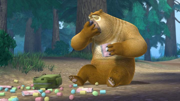 熊出没:熊二这个吃货,过来阻止强哥砍树,结果自己吃上了棉花糖