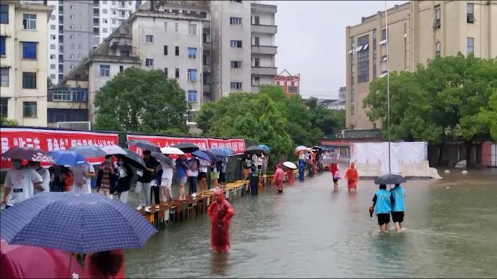 """丰城:考点被淹 校方用桌子搭起""""临时桥"""""""
