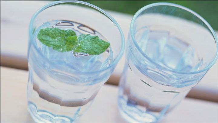 """夏季白开水喝多了,也会""""中毒""""?肾功能有限,喝水别""""咣咣咣"""""""