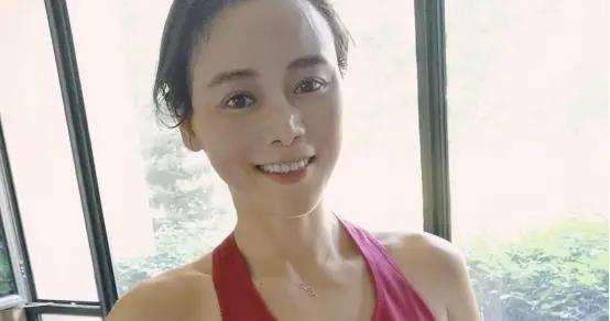 她是青春自信的新疆女孩,跳绳长跑练习瑜伽,生活太让人羡慕