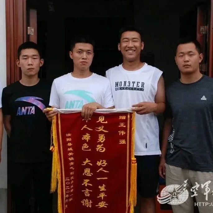 """勇救落水母女,""""解放军小王""""火了!"""