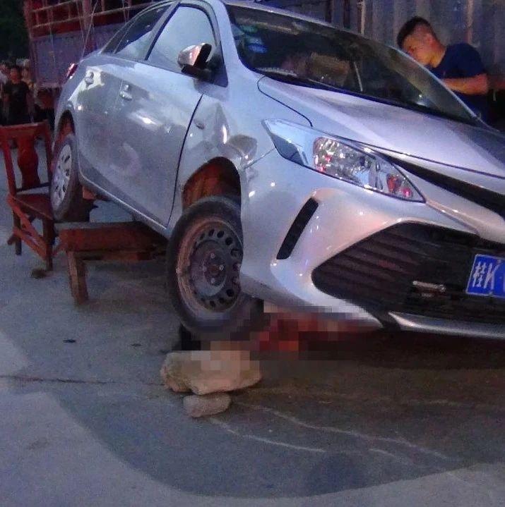 惨烈!玉林一女司机开车连撞5人,其中一人被卷入车底……