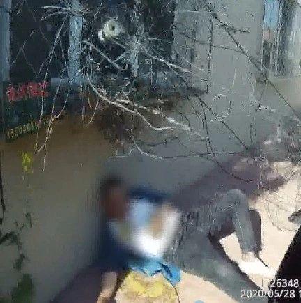 鹤岗 男子倒在街头,身上还压着摩托车!被民警扶起来后,他的表演开始了……