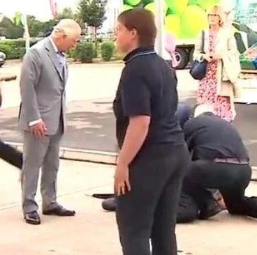 视频:查尔斯王子与一男子对话时,男子突然倒地抽搐