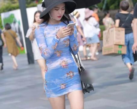 街拍美图:穿搭天蓝色短裙的小姐姐,一般人穿不出这种味道!