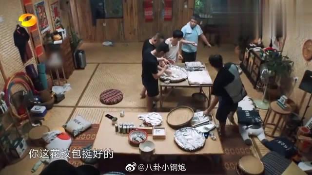 """超温馨的一幕!""""老爷们""""包饺子,张子枫安静看书……"""