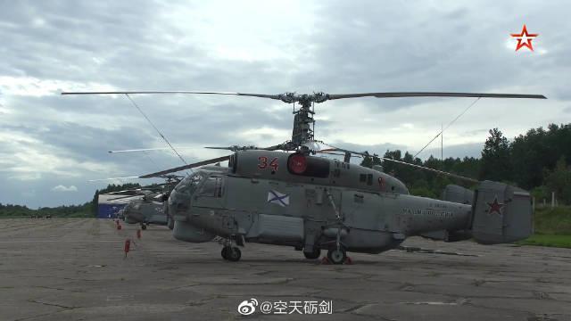 俄罗斯海军卡-27P舰载直升机飞抵圣彼得堡准备参加海上阅兵式