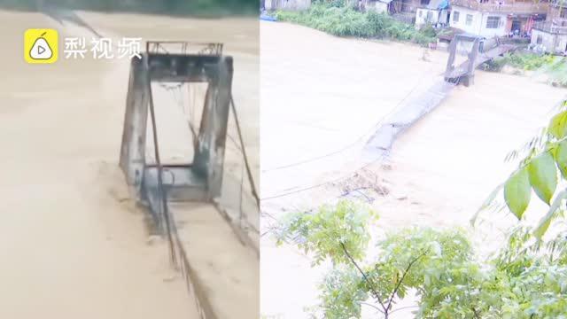 愿平安!贵州铁索桥瞬间被洪水冲毁,民房被淹道路破损