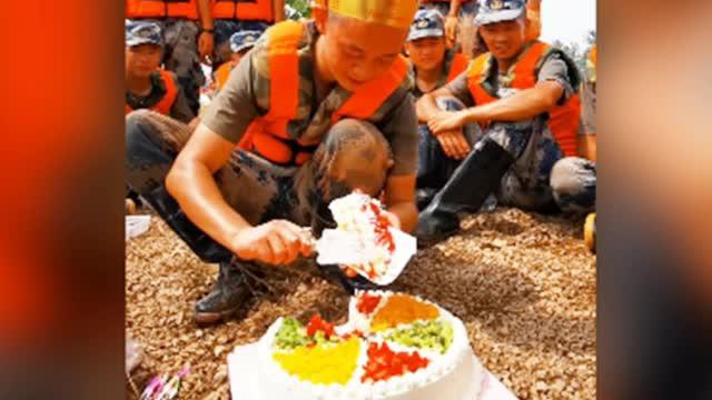泪目!20岁战士在防洪大堤上过生日 许暖心愿望:希望洪水早日退去
