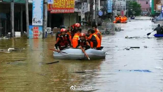 鄱阳湖预计将发生流域性大洪水,两名退伍军人连夜从武汉赶来抗洪