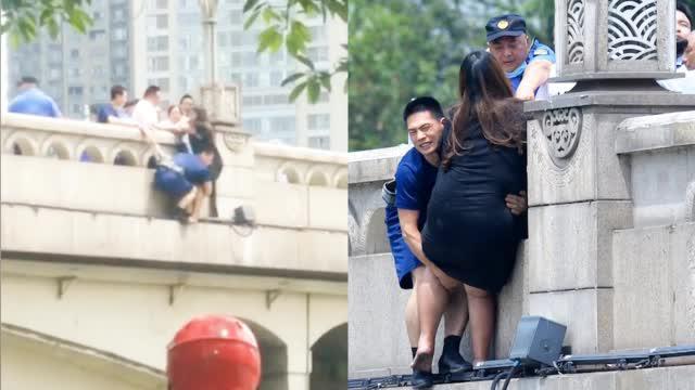 """""""胖""""姑娘欲跳桥轻生消防员翻越栏杆救援无果"""