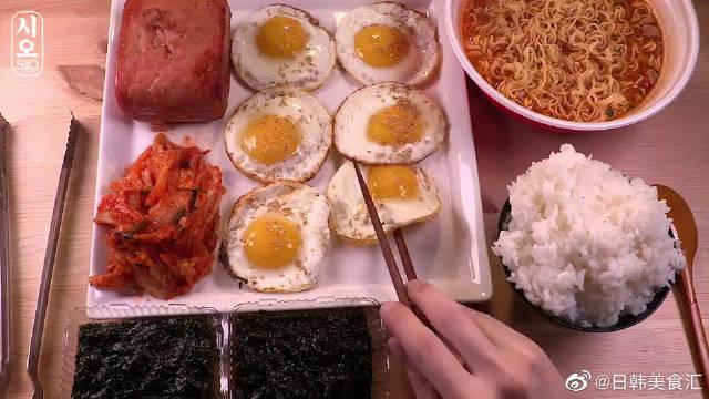 拉面+午餐肉+荷包蛋+泡菜,搭配白米饭,小伙吃得真香!!