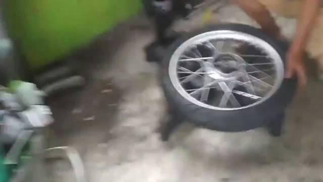 看牛人用自制工具怎么快速更换轮胎的……