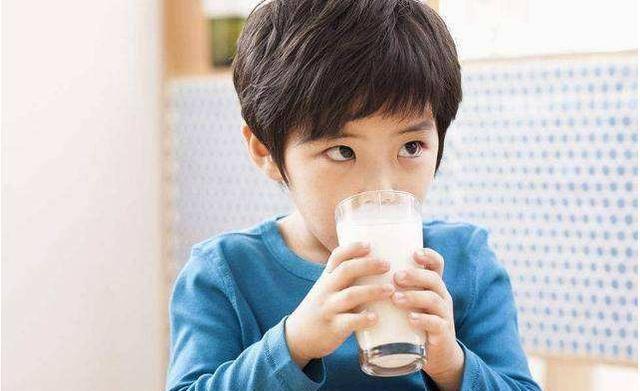 去超市买牛奶看好背面的这几行字别把饮料当牛奶给孩子喝