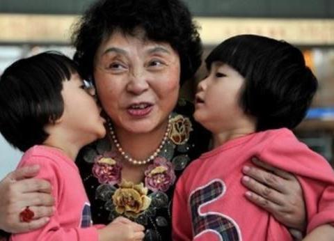 60岁失独妈妈冒险生了双胞胎,如今后悔了