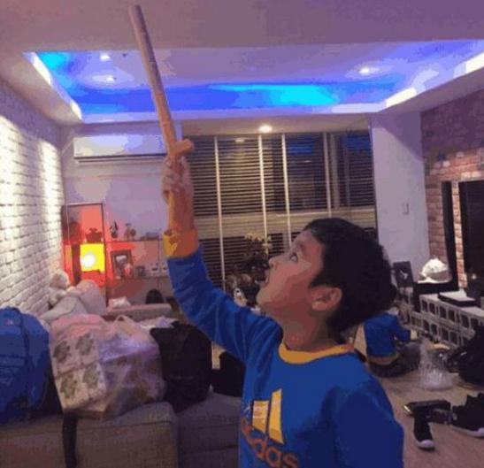 马景涛自己家豪宅客厅饭厅都装蓝色灯光