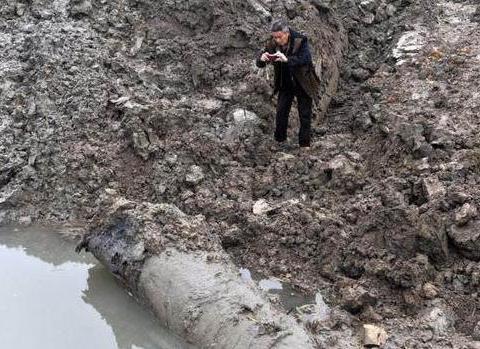 水坑里露出一块小尖角,山上老汉挖到一半看清情况后竟扭头走了!