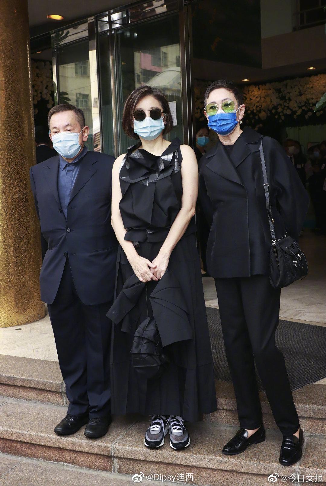 今年66岁的林青霞,Issey Miyake的衣服包包配Sacai球鞋……