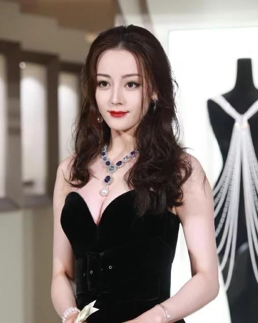 丽热巴生图再次出圈,黑色抹胸长裙高贵冷艳,身材好到流鼻血