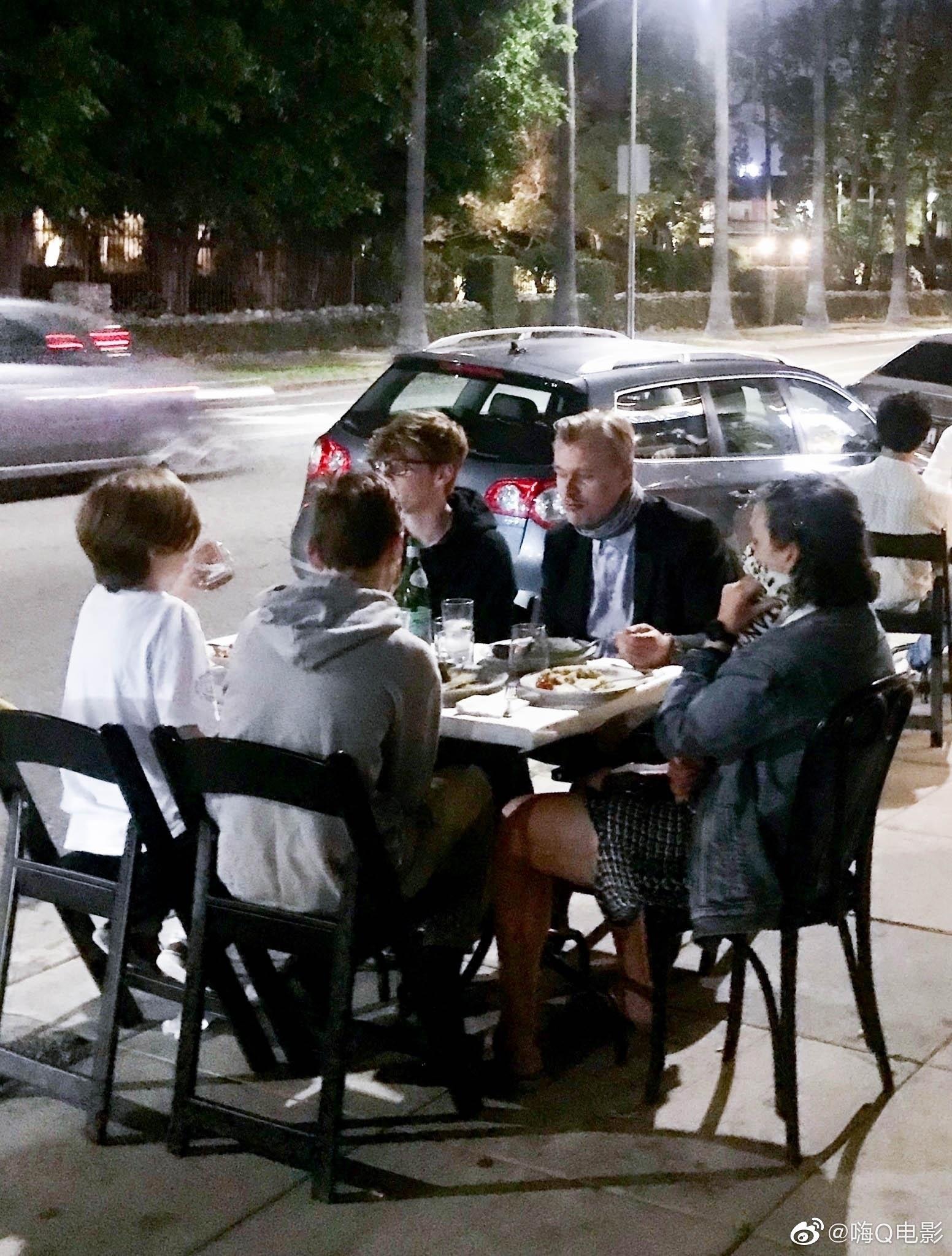 克里斯托弗·诺兰7月9日和家人们一起外出用餐