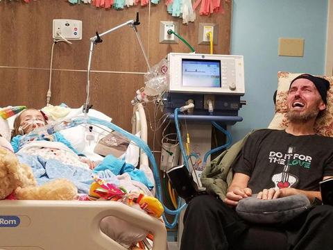 国外这个患癌的5岁小女孩躺在病床上,满身插着管子!让人心疼!
