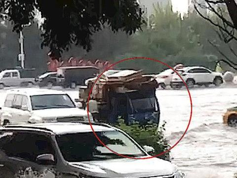 天降暴雨,越野车堵住废品三轮车,下一幕温暖人心