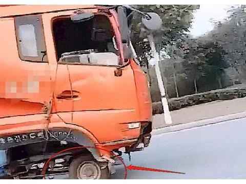 """路上偶遇""""最坚强""""三轮车,驮着货车上路,感觉随时会翻车"""