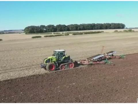 半履带式拖拉机在农田中快速耕地