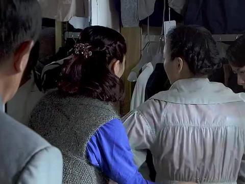 小老头进店不买衣服干坐,怎料一亮出身份,老板娘差点跪下