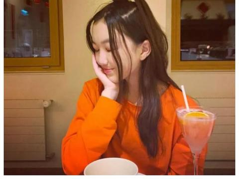 同样是王菲的女儿,一个在贵族学校上学,另一个坐电动车吃路边摊