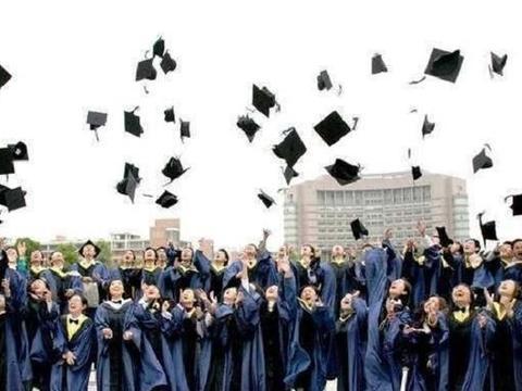 家庭学业双丰收,本科生带老婆孩子拍毕业照,引同学羡慕嫉妒