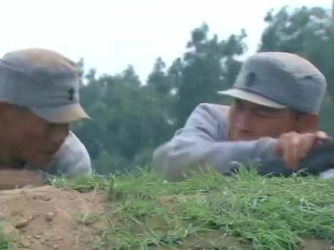 日军持枪对着忠孝开枪,不料忠孝镇定自若前进,吓得鬼子自乱阵脚