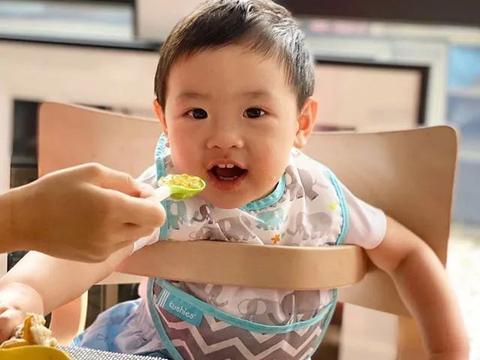 乐基儿1岁儿子显强壮,张开的双臂肉感十足,睁大的眼睛像极妈妈
