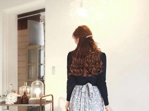 美图:碎花束腰连衣裙搭配长袖披肩的优雅女生