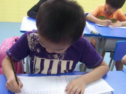 一年级小学生,家长给报了钢琴书法主持英语,孩子太累怎么办