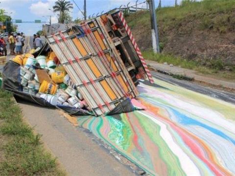 大货车山路侧翻,附近村民纷纷上前伸出援手,网友:彩虹桥?