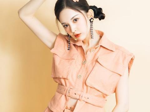 娜扎好甜,穿橘粉色套装美得清新减龄,配冷白皮更显少女了