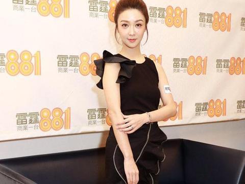 薛凯琪:不对称飞袖背心荷叶边包臀裙小皮靴又甜又酷