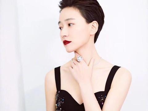 焦俊艳不是传统美女但气质惊艳,穿吊带连衣裙配短发,高调更出众