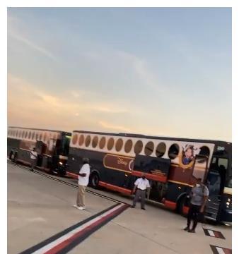 火箭队启程赴奥兰多!全队乘坐两辆大巴出发,塔克带了60双球鞋