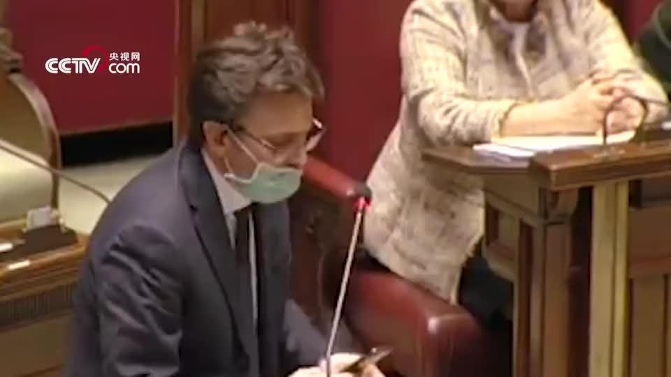 因戴口罩进入议会被嘲,意大利议员发言时怒摔话筒, 三观很正