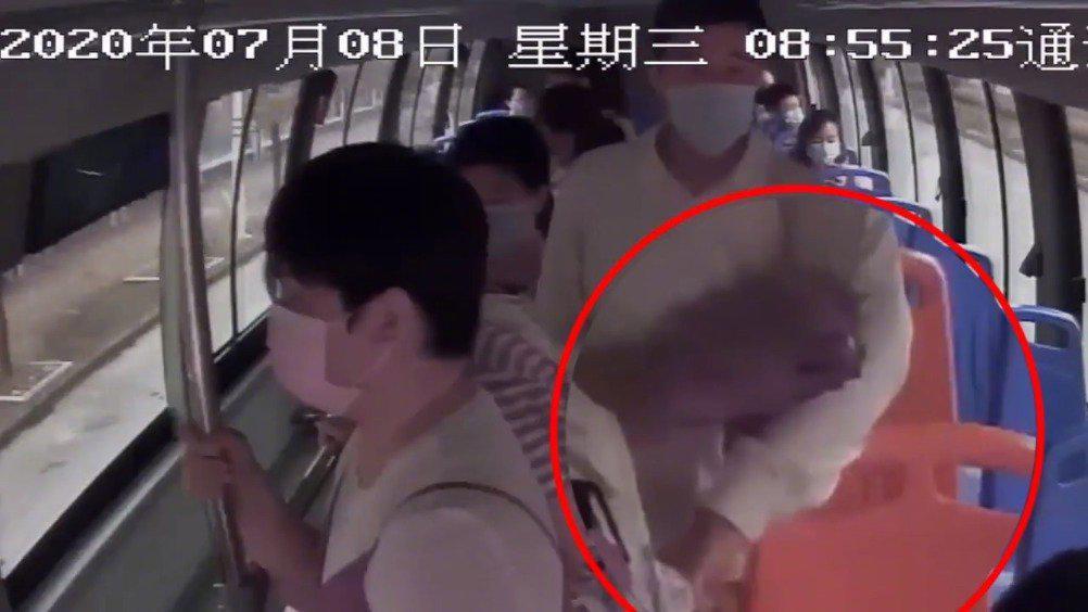 女孩公交车上手机被盗 扒手正悠闲买瓜被铜陵刑警抓获