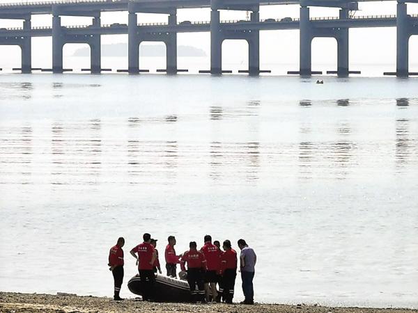 女子星海湾大桥坠海失踪