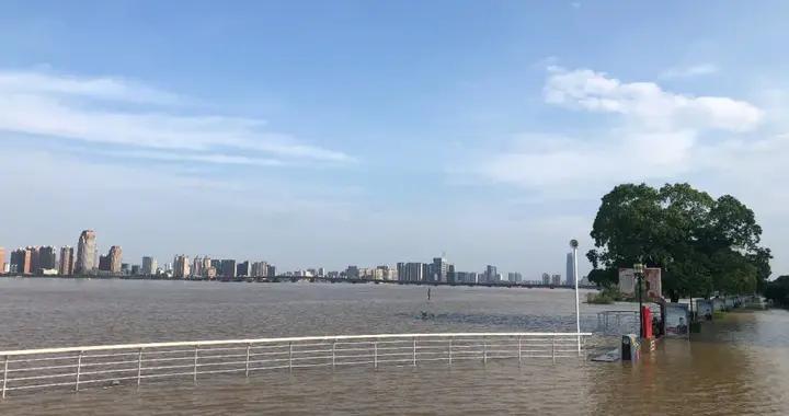 赣江水位暴涨,秋水广场沿线数十公里被淹 市民:20多年没见过