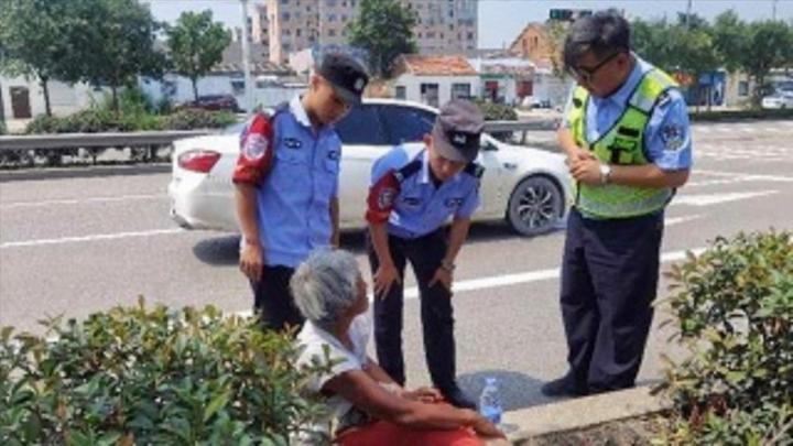 暖心一幕!88岁老人郊外迷路,新华骑警热心救助
